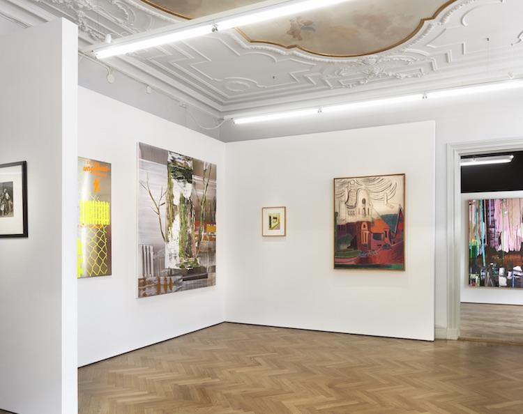 Delar av Bo Ahlstrands samling på plats i C F Hill:s vackra lokaler på Norrlandsgatan. I bakgrunden hänger ett verk av Andreas Eriksson
