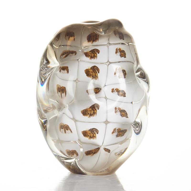 En av 2000-talets främsta svenska glaskonstnärer är Per B Sundberg. Den unika vasen är tillverkad hos Orrefors 2004. Utropet är 30 000 kronor