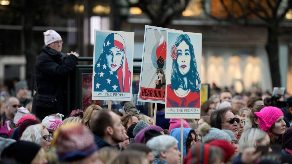 Des pancartes avec les affiches We The People, dans les rues de Stockholm, en Suède samedi 20 janvier pendant la Women's March News Agency/Pontus Lundahl via REUTERS