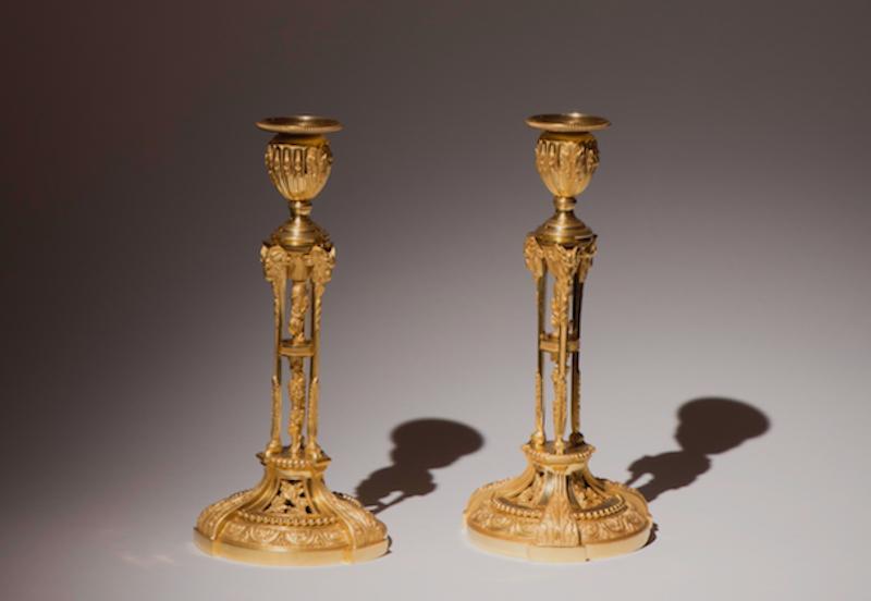 Paret ljusstakar av Henri Picard (verksam i Paris 1831-1884), Frankrike, i förgylld brons med ljushållare på tre ben med bladverk och bockhuvuden. är signerade H. Picard 2 samt 22. Pris på begäran.