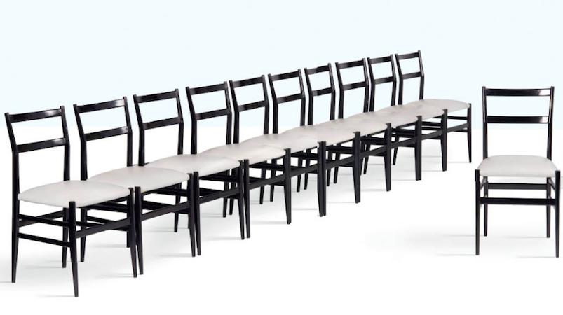 """Gio Ponti, set di 12 sedie """"Leggera"""" in legno e similpelle. Produzione Cassina, 1952."""