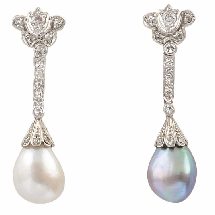 Paire de boucles d'oreilles en or gris, la monture ajourée sertie de diamants de taille brillant retenant une importante perle fine Image via Osenat