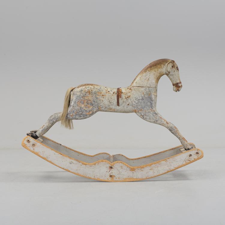 Den underbara bemålade gunghästen från 1800-talets andra hälft är lika mycket leksak som det är en skulptur. Den antika gunghästen ropas ut för 6 000 kronor