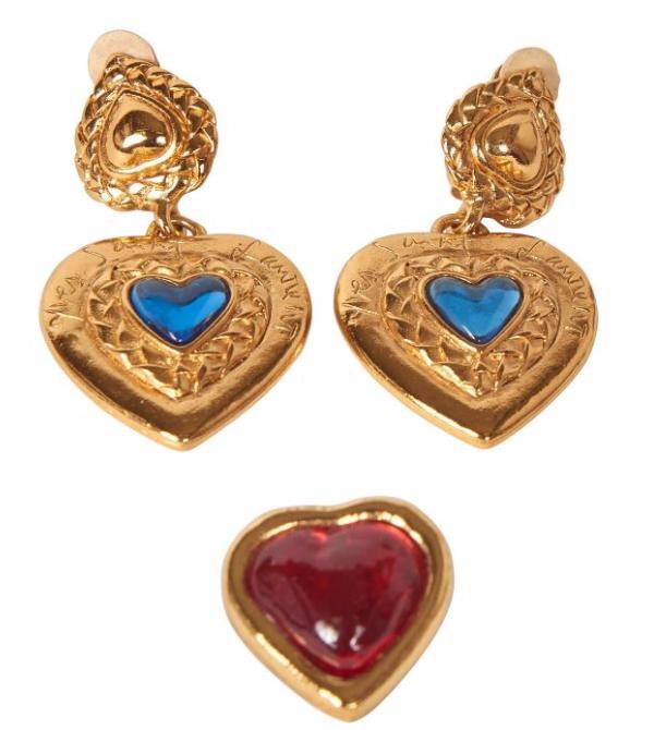 Yves SAINT LAURENT  Paire de pendants d'oreilles en métal doré figurant des coeurs rehaussée d 'un cabochon en résine Broche similaire ornée d 'un coeur en résine rouge  Artcurial