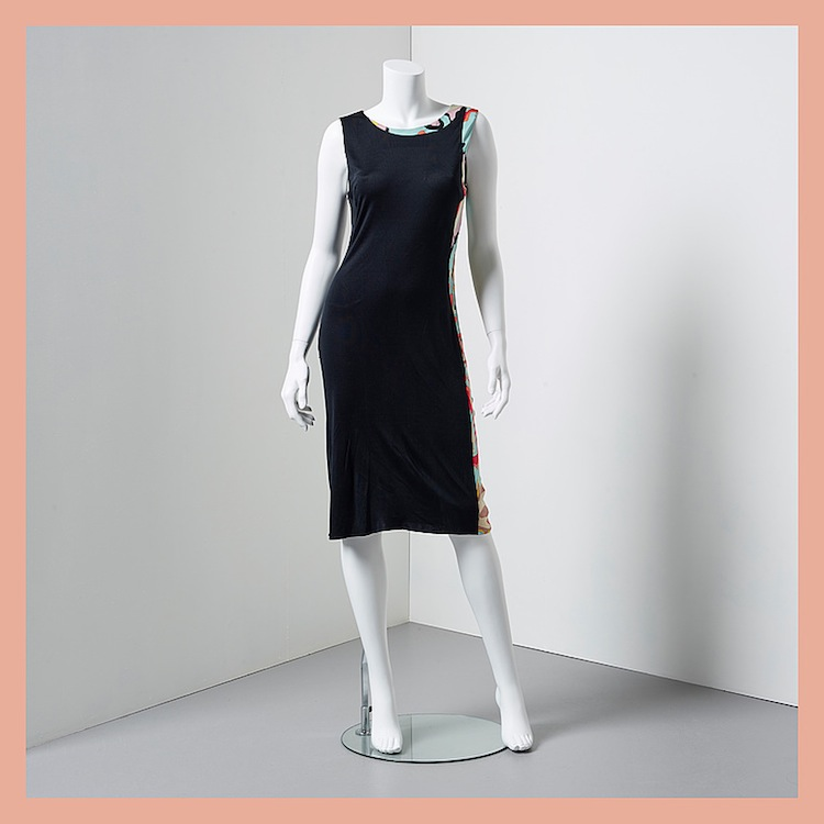 Klänningen från Emilio Pucci i svart silke har små färginslag av typiskt Pucci-mönster. Även den ropas ut för 2 000 kronor på Bukowskis Market