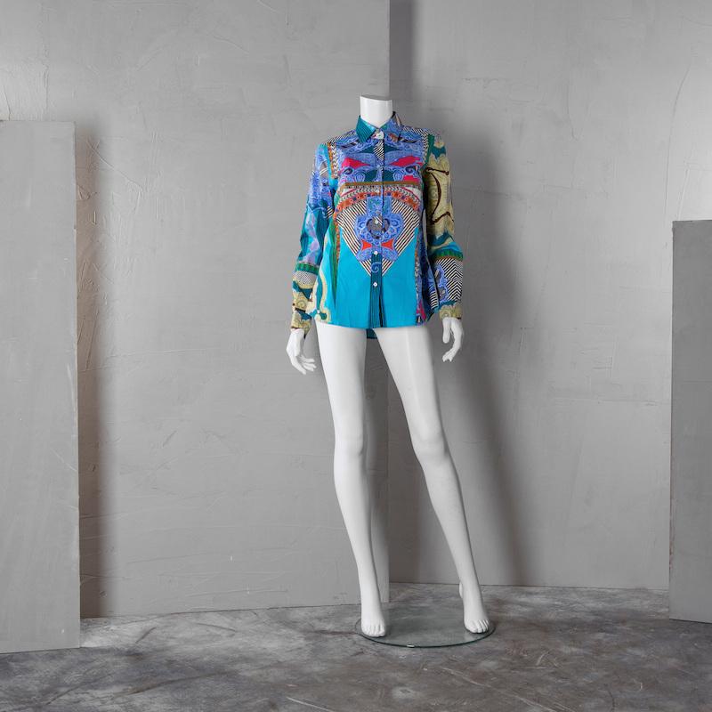 """Etro, italiensk storlek 44. Bomullsblandning. Skjorta med monokromt mönster mot turkos botten. Märkt """"ETRO"""" på knapparna samt """"ETRO MADE IN ITALY"""" på etikett. På auktion hos Bukowskis Market den 14 mars."""