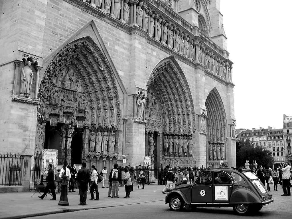 Den västra sidan och huvudingången till Notre-Dame. Bild: Wikimedia Commons