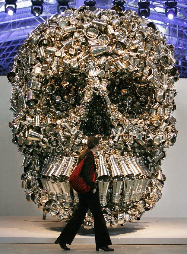 Subodh Gupta, Very Hungry Gold Skull sculpture, verket ägs utav Francois Pinault. Foto: Yuri Kadobnov/AFP/Getty Images