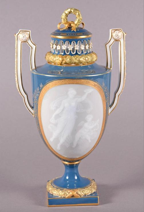 MEISSEN - Amphorenvase mit zarter Pâte-sur-pâte-Malerei, H: ca. 31 cm, Modell von Michel Victor Acier, um 1870 Startpreis: 8.500 EUR