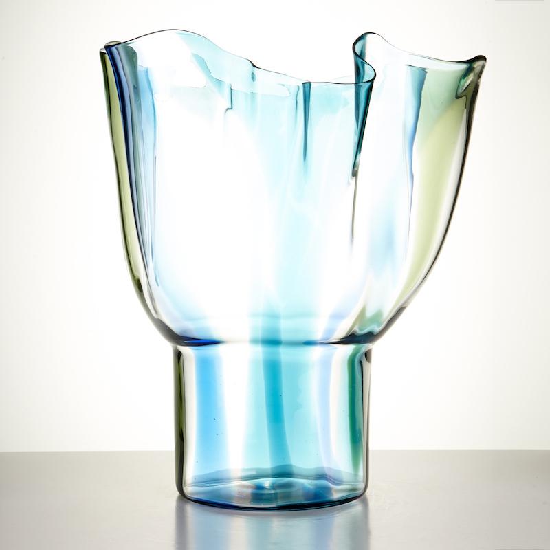 """Timo Sarpaneva vas """"Kukinto"""" är formgiven 1990. Det här vackra exemplaret är producerat hos Venini i Italien 1995, och ropas ut för 15 000 kronor"""
