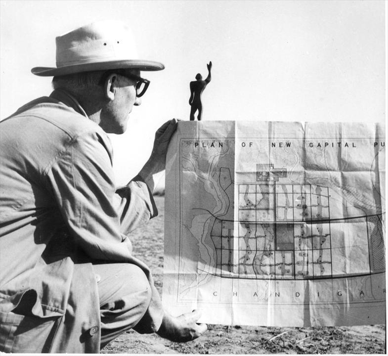 Pierre Jeanneret travaillant sur le projet de de construction de Chandigarh, en Inde