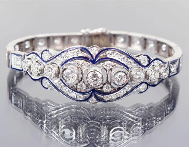 Weißgoldarmband mit 55 Brillanten bzw. Diamanten (zus. ca. 4,85 ct) und königsblauen Emaillebändern Startpreis: 6.500 EUR