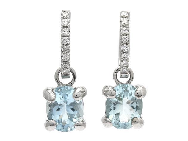 Örhängen, 18K vitguld med ovalslipade akvamariner och briljantslipade diamanter.