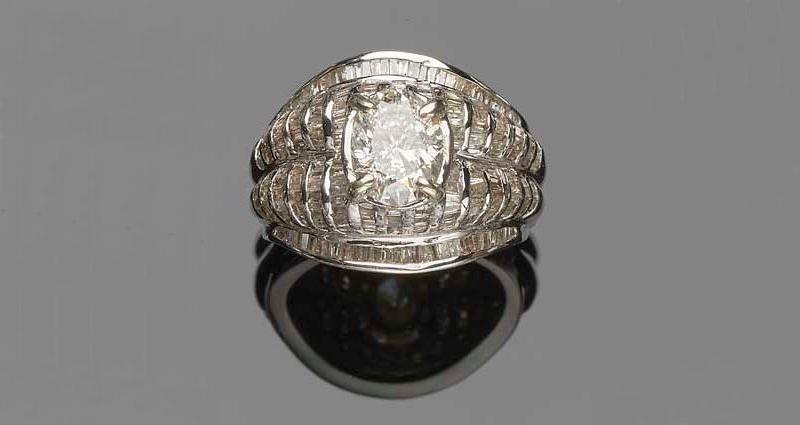 Sortija de oro blanco en diseño 'bombé' con diamantes baguette