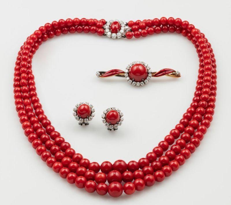 Rotes Korallschmuckset mit Kette, Ohrringen und Brosche