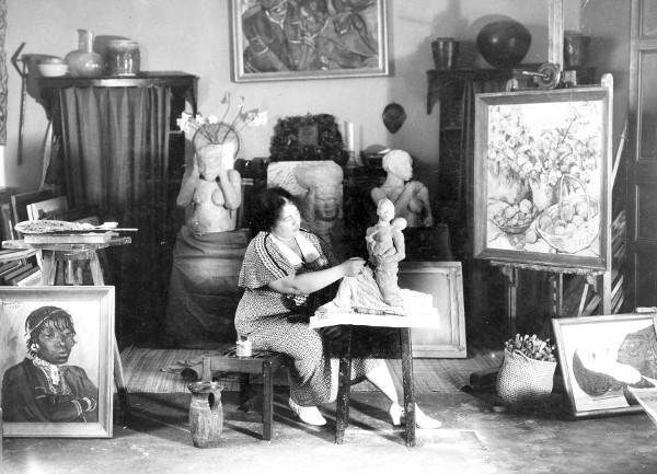 Irma Stern in ihrem Studio. Neben Portraits und Landschaften gehörten auch Blumenstillleben, Keramik und Plastiken zu ihrem Repertoire   Foto via irmastern.co.za