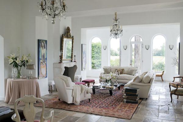 Väggen mellan två rum revs och omvandlades till ett stort och ljust vardagsrum.