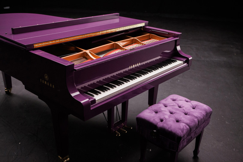 Piano Yamaha de Prince. image via Jelliottco