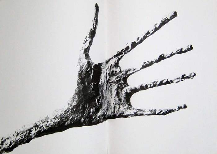 Närbild på den av Giacomettis verk