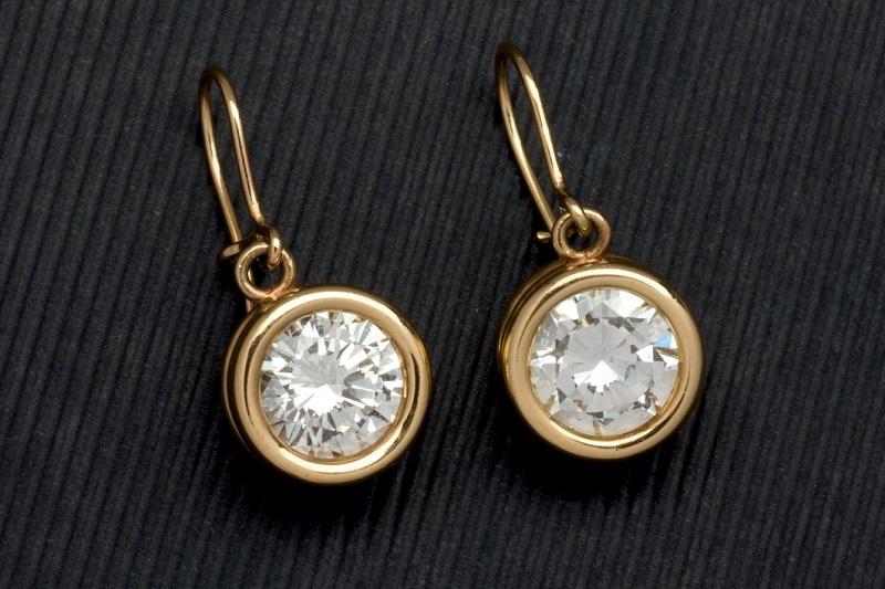 Lote 243: Pendientes de oro amarillo con dos diamantes. Precio de salida: 15.000 €