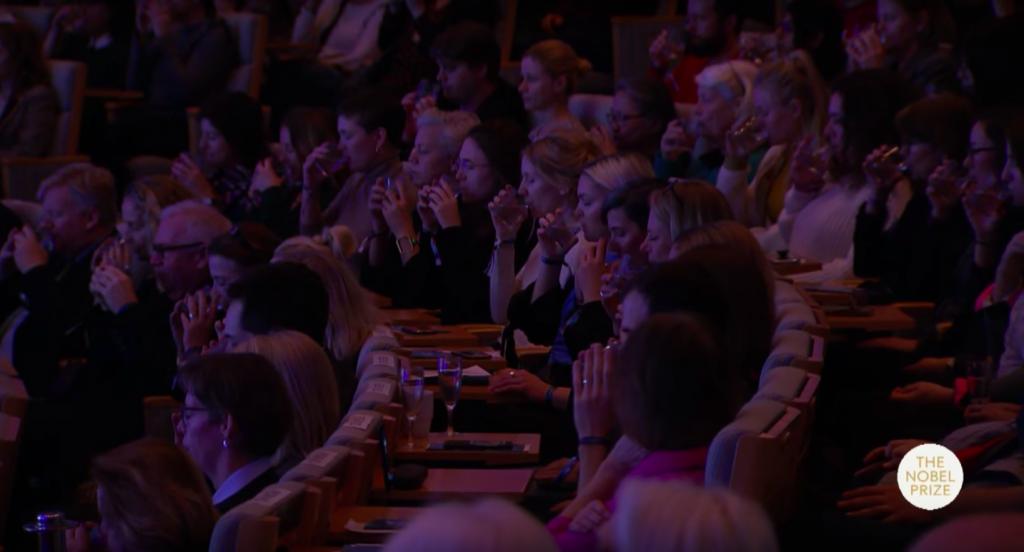 Il pubblico durante l'esercizio proposto dall'artista alla Nobel Week
