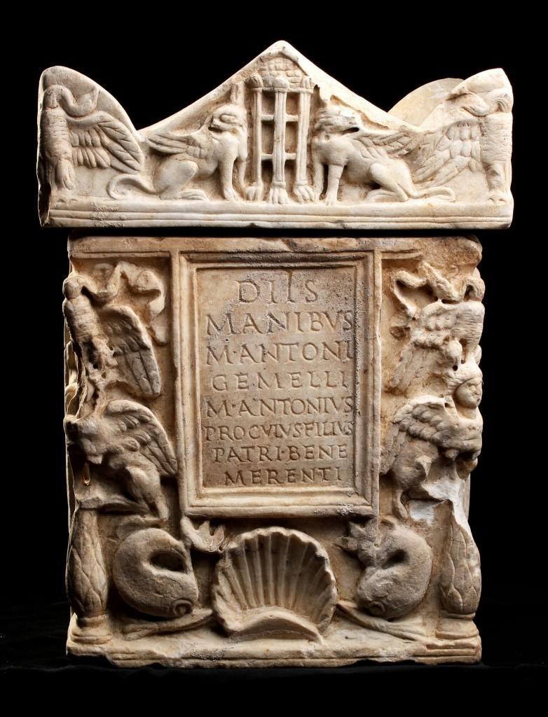 Marble urn, Marcus Antonius Gemellus, H: 48 cm, 1.-2. century