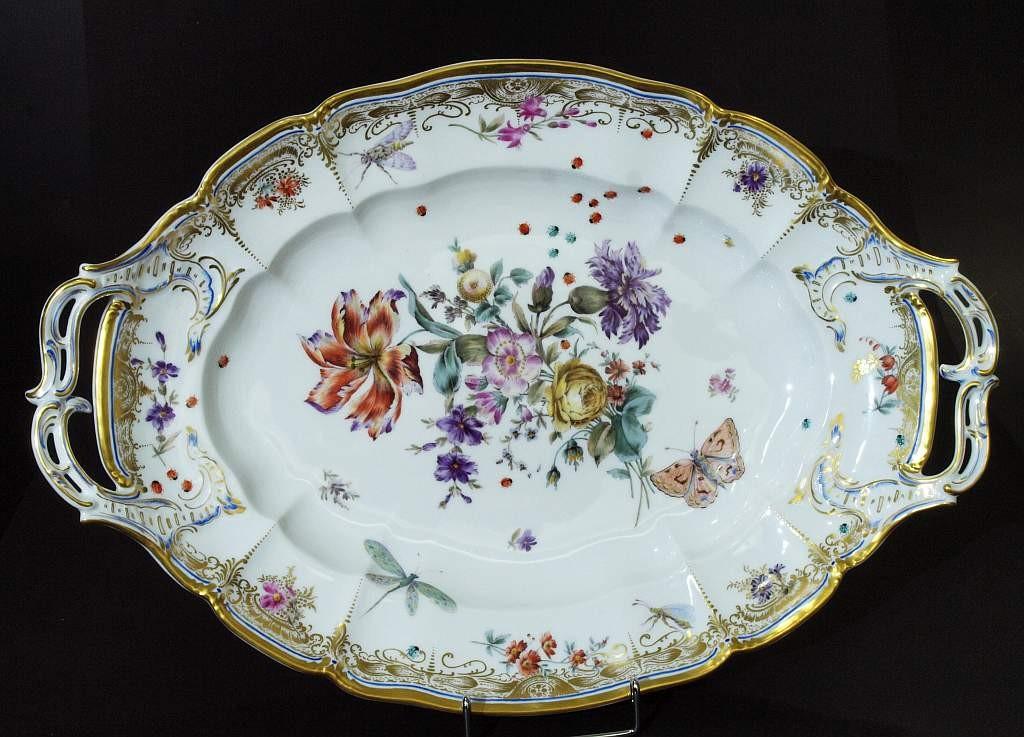NYMPHENBURG - Ovale Henkelplatte, farbig bemalt mit Blumen und Insekten, Goldstaffage, ca. 51x34,5 cm, um 1890 Startpreis: 490 EUR