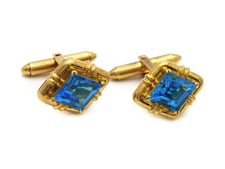 MANSCHETTKNAPPAR, 18K guld, 2 blå topaser ca 9 ctv, vikt 13,4 g. Utropspris 5 000 SEK.