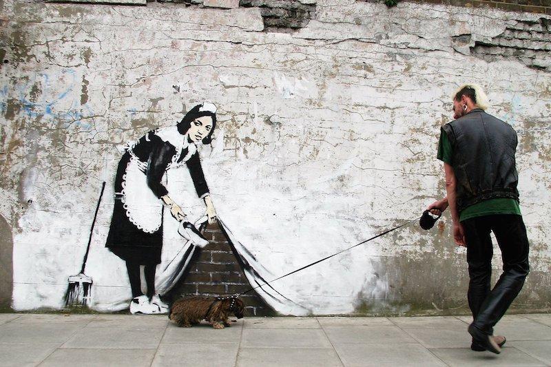 En av Banksys mer kända konstverk i offentlig miljö. Numera finns en turism som lever av det som politiker länge ansågs vara skadegörelse