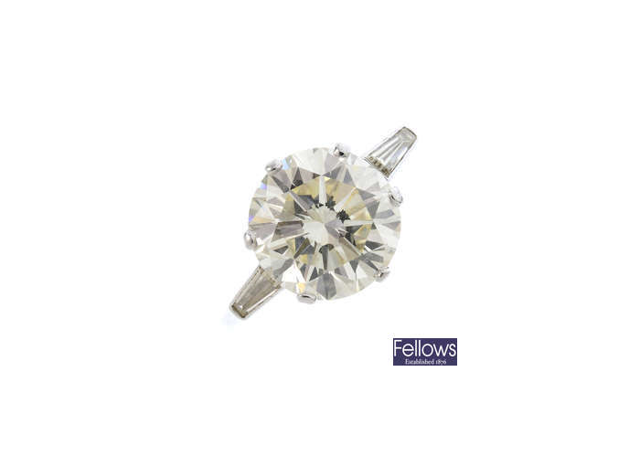 Anillo de diamantes de una sola piedra con corte baguette