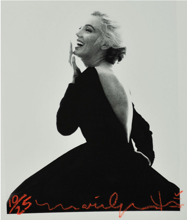 Bert Stern « Marilyn Monroe in Black Dress Dior » Photo, tirage pigmentaire, signée sur la face et au dos, taponnée au dos. Numérotée 10 sur 25