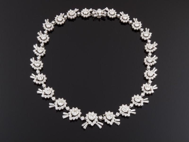 Gargantilla realizada en oro blanco, formada por veintitrés centros de diamantes talla brillante, peso total aproximado: 20.42 ct., orlados por diamantes talla brillante, baguette y trapecio. 57.500 EUR