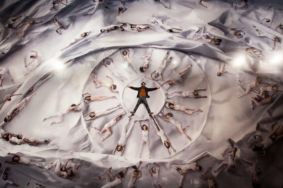 JR au milieu de la scénographie avec le New York City Ballet