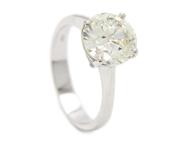 18K vitguld, briljantslipad diamant ca 3,02 ct, ca TCa(L)/VS2, stl 17,75 mm, vikt 4,7 g, diamanten har en grund paviljong och en aningen tjock rondist, liten kulett. Utropspris 140 000 SEK