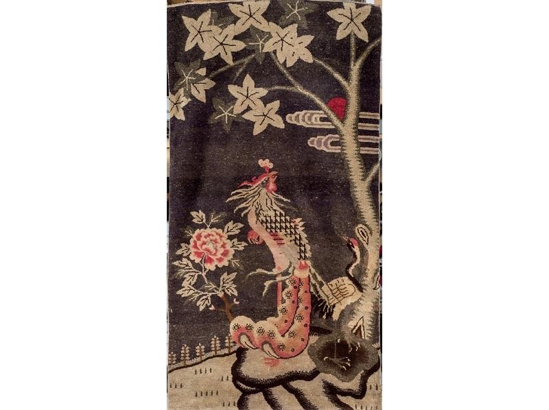 Alfombra china de lana con aves del paraíso, peonías, árbol y zancudas (1940)