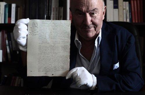 Gérard Lhéritier, président fondateur d'Aristophil, exhibe le contrat de mariage de Napoléon et Joséphine, en septembre 2014 Image: Franck Fernandes