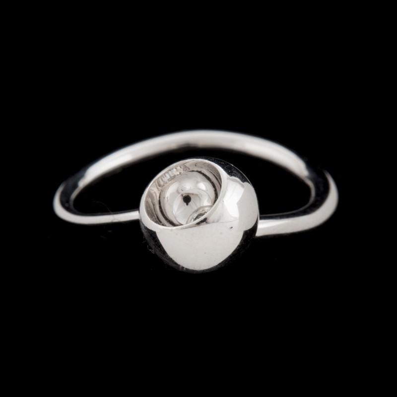 """Ring formgiven av Jaquelin Rabun för Georg Jensen. """"Cave"""" är en vitguldring med en briljantslipad diamant. Foto: Bukowskis."""