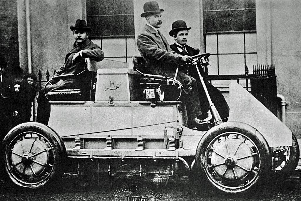 Ferdinand Porsche als Beifahrer im von ihm Entwickelten Lohner-Porsche mit Radnabenelektromotor