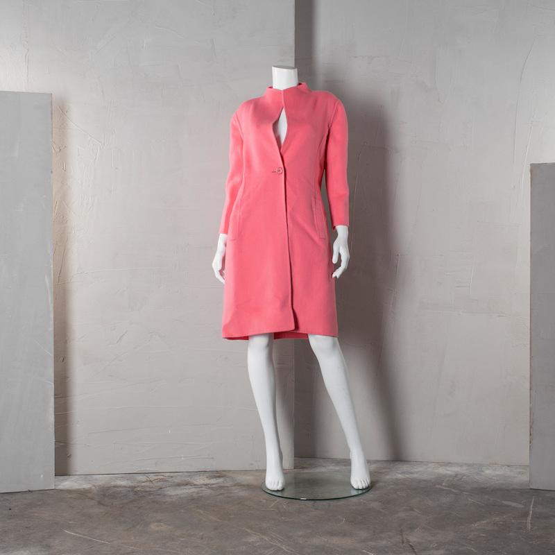 """Kappa Oscar de la Renta. Storlek 8. Rosa ull med tvår fickor fram. Stänges med en knapp. Obodrad. Etikettmärkt: """"Oscars de la Renta"""". Enligt märking storlek 8. På auktion hos Bukowskis Market den 16 mars."""