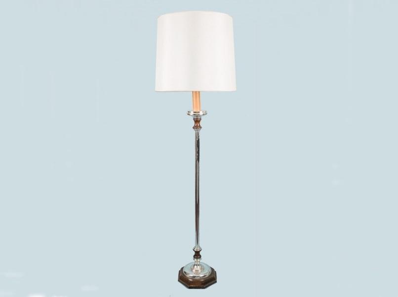 Lámpara de pie de metal plateado con base poligonal de madera