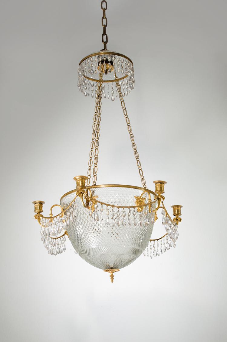 Den stora ampeln i glas och brännförgylld brons med sex ljusarmar är tillverkad ca 1820. Utropet är 3-5 000 euro på samma auktion
