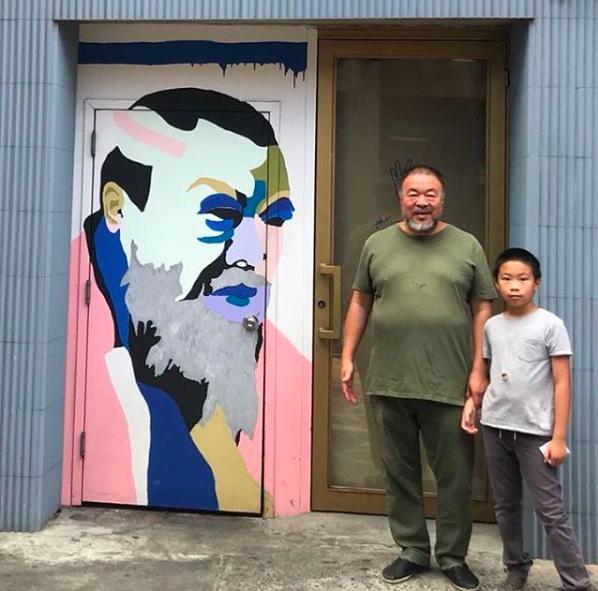 Ai Weiwei tillsammans med sin son. Bild: Instagram @aiww