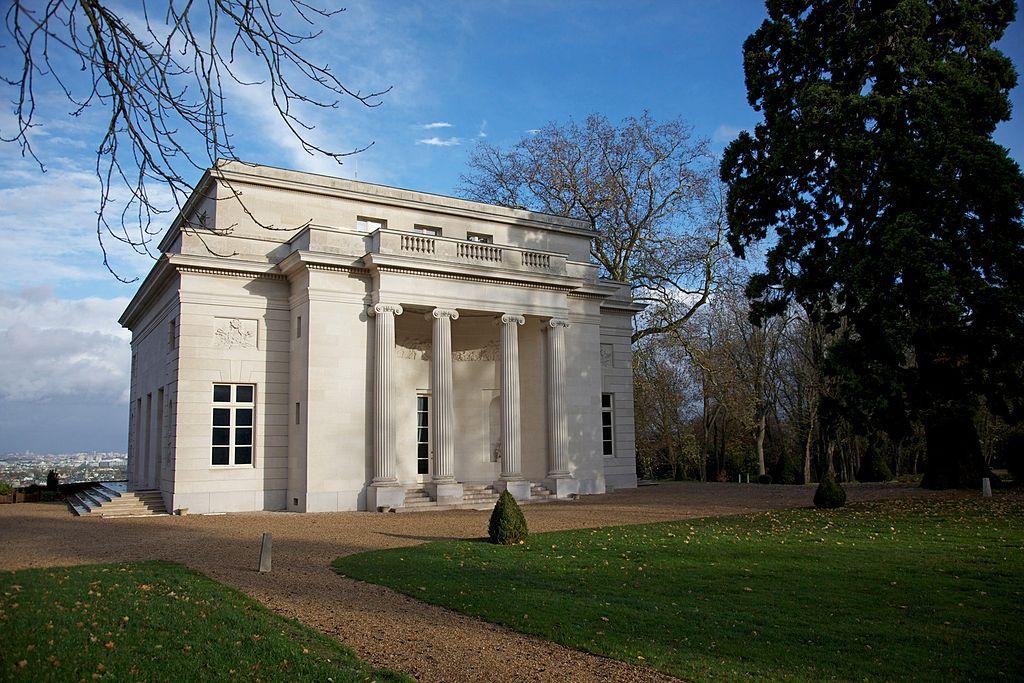 Pavillon de musique classique à Louveciennes, construit en 1771, image ©Jean-Marie Hullot via Wikimedia Commons