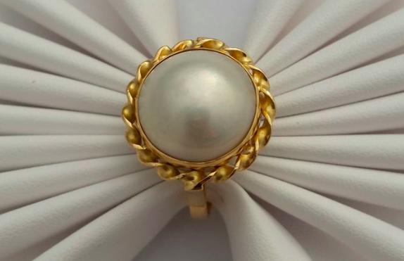 Bague or jaune et perle de culture Adjugée 150 euros
