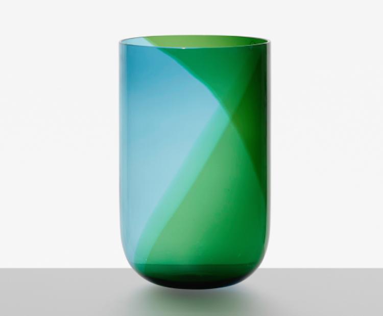 """Ett av Finlands största namn när det kommer till design och framför allt glaskonst är Tapio Wirkkala. Hans """"Coreani vase"""" för Venini ropas ut för 3-5 000."""