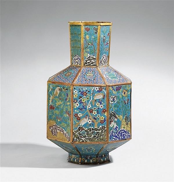 Åttakantig vas,cloisonné med förgylld kant.H: 72,6 cm, sent 1800-tal / tidigt 1900-tal. Utropspris: 550 000 - 650 000 kronor.
