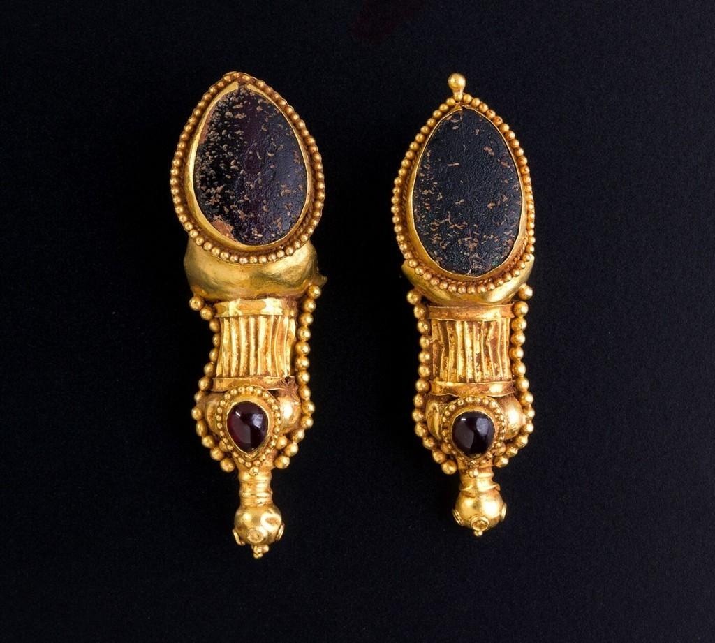 Parthian earrings, gold, garnet and glass paste, L: 5.8 cm, each 10.97 g, 1.-2. century