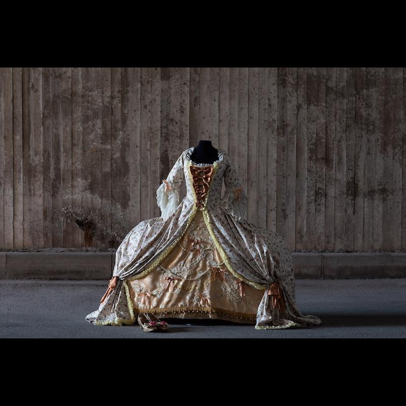 Klänning från operan Så luras en lärare som hade premiär den 1 juni 1996 på Drottningholms Slottsteater. Storlek small.