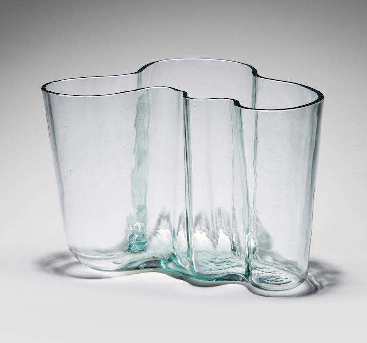 """Lättsålt i utlandet! Alvar Aaltos vas """"Savoy"""" modell 9750 för Karhula/Iittala, från 1940-tal i gröntonat glas, blåst i träform. Vasen borde åtminstone kosta det dubbla mot utropet på 12-15 000 kronor. En internationell slutkund är beredd att betala bortåt tio gånger utrop"""