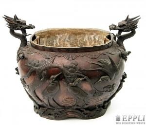 Kübel aus Bronze mit plastischen Drachenköpfen und umlaufendem Vogelrelief, Inneneinsatz herausnehmbar, L: ca. 42,5 cm, China 19. Jh. Aufrufpreis: 1.080 EUR
